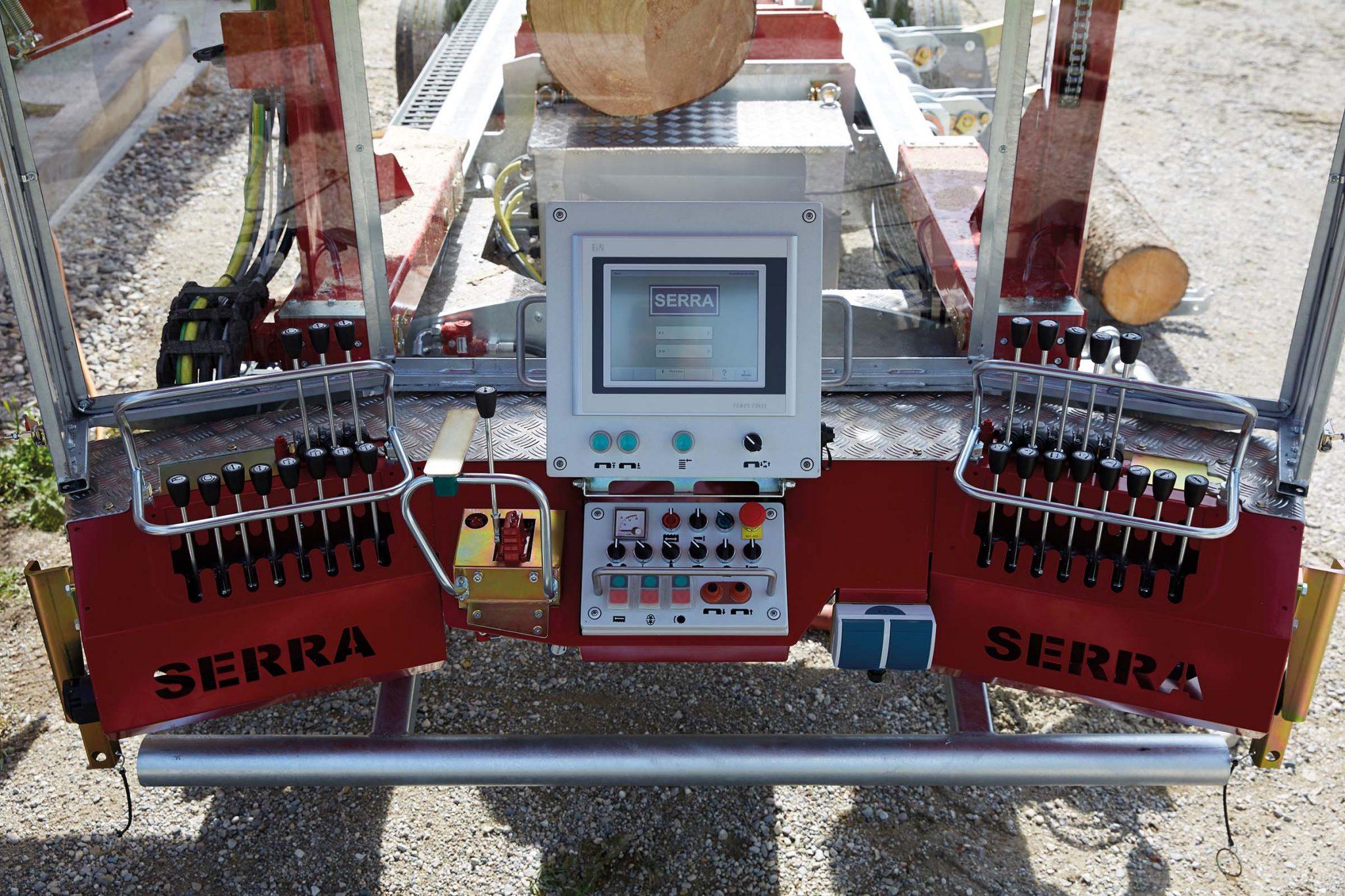 SERRA-Bedienung-V-Cockpit-mobil-Maxi-Live1-scaled Operators stands